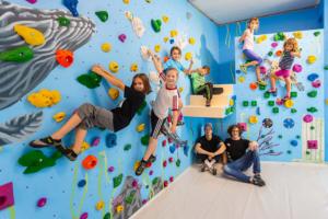 Kinder beim Bouldern