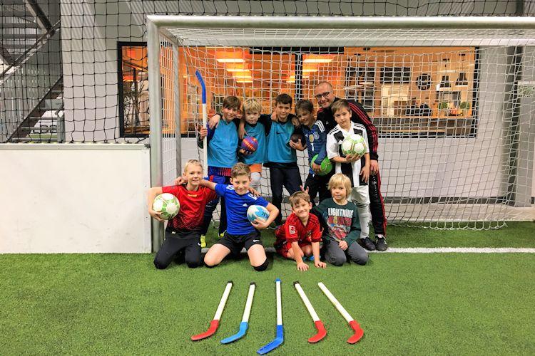 kinder stehen im Fussballtor