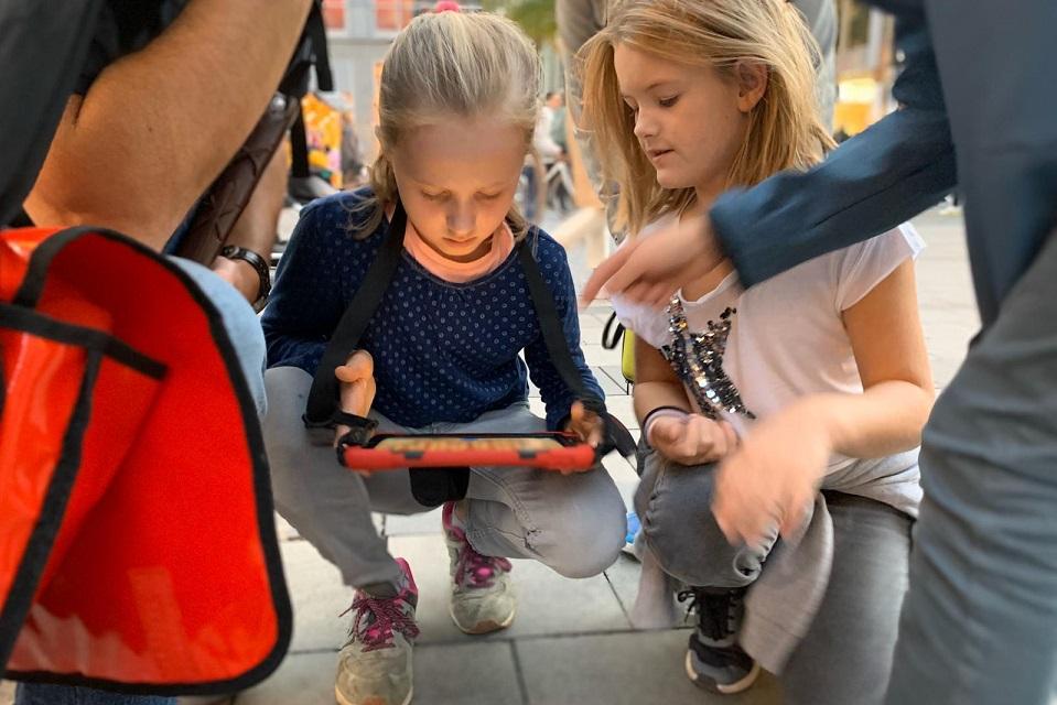 Mädchen nutzen ein iPad für die Schatzsuche